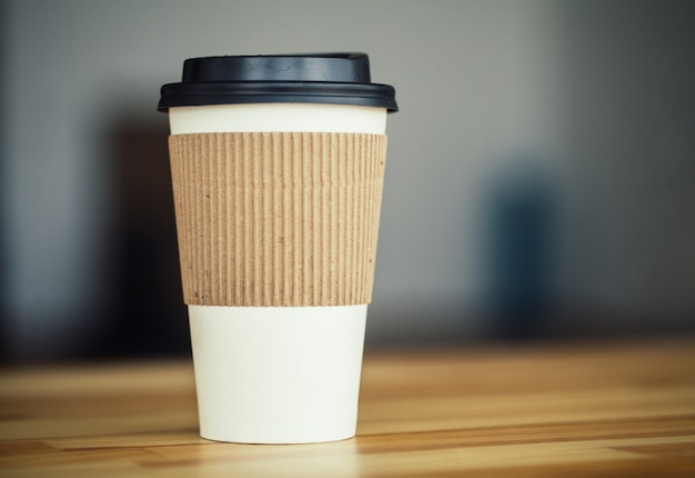 Guten morgen. tasse kaffee zum mitnehmen holztisch