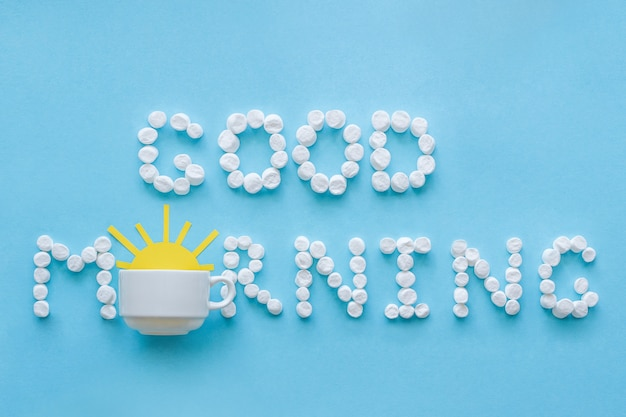 Guten morgen von marshmallow und kaffeetasse mit aufgehenden sonne. konzept