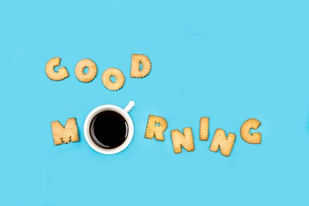 Guten morgen wort gemacht mit alphabet buchstaben kekse und eine tasse kaffee