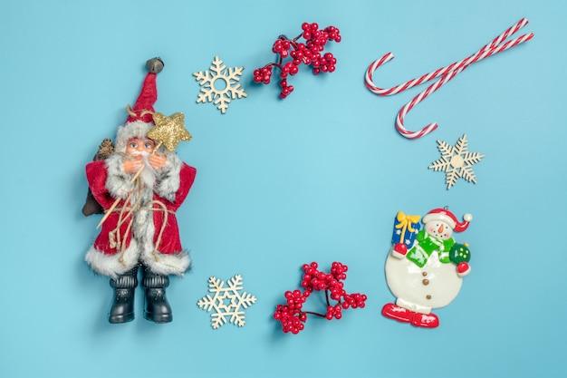 Guten rutsch ins neue jahr-ebene legen zusammensetzung, platz für text weihnachtsdekor auf blauem hintergrund