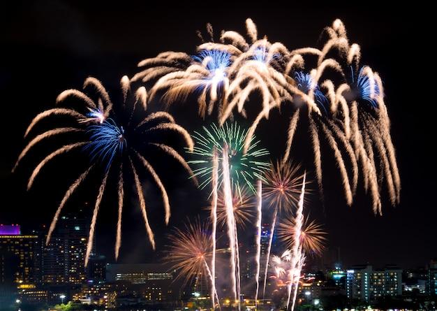 Guten rutsch ins neue jahr-feuerwerke über stadtbild nachts. feiertagsfeierfest