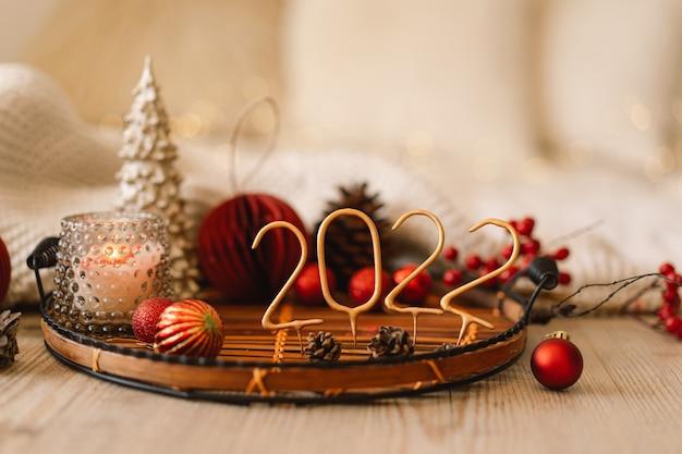 Guten rutsch ins neue jahr-weihnachtshintergrund mit tannenbaumkegeln und weihnachtsdekorationen