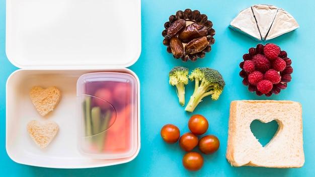 Gutes essen in der nähe von geöffneten lunchbox