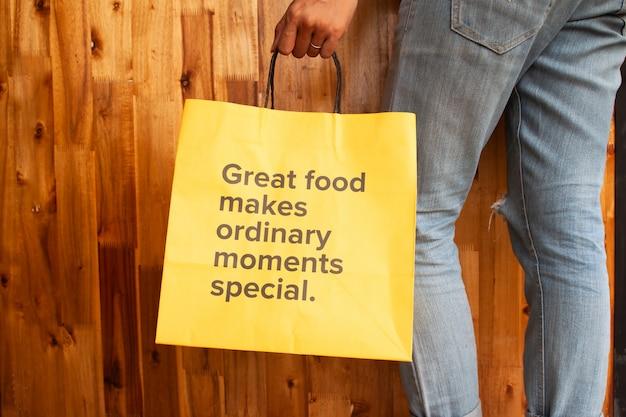 Gutes essen macht gewöhnliche momente besonders. benennung auf gelber tasche. gesunde frau oder gesundheitstagkonzept