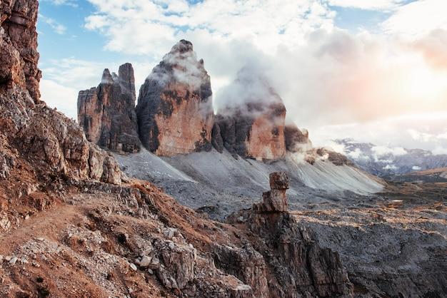 Gutes wetter. berge im nebel und in den wolken. tre cime di lavaredo.