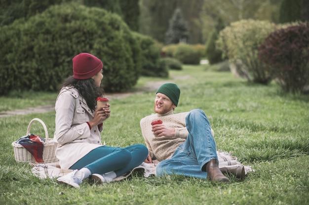 Gutes wetter. ein glückliches paar, das während des dates ein picknick macht