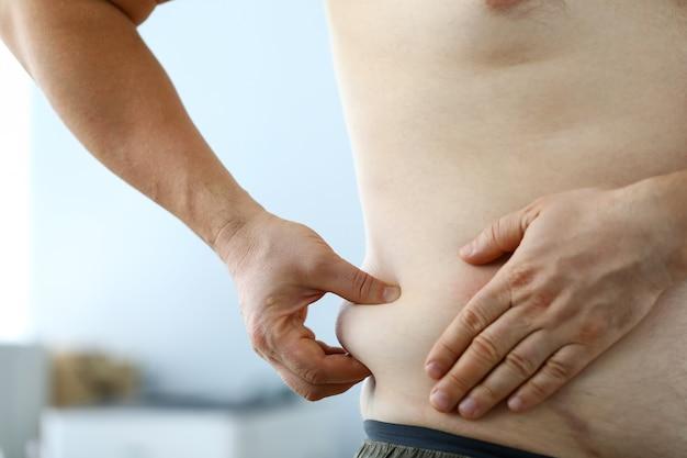 Guy hält übermäßiges fett