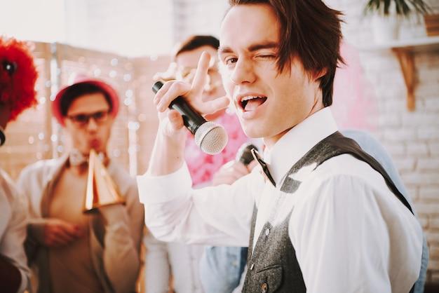Guy homosexuell zwinkert in die kamera. schwule party.
