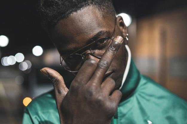 Guy hübscher afroamerikaner schwarz geste mittelfinger