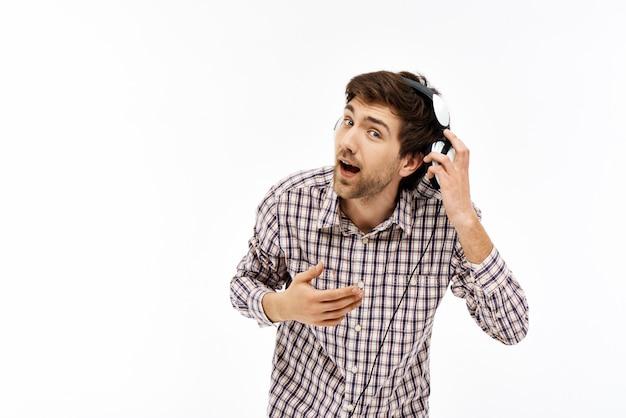 Guy kann nicht hören, während er in kopfhörern musik hört