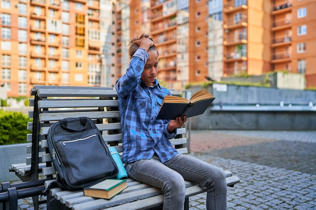 Guy lernt vor dem unterricht ein gedicht.
