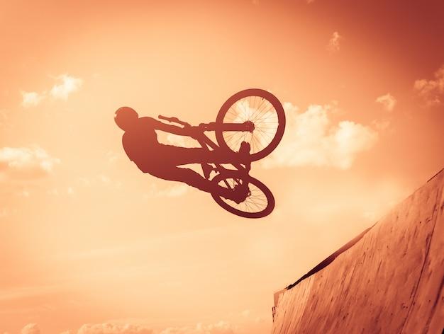 Guy macht stunts mit dem fahrrad