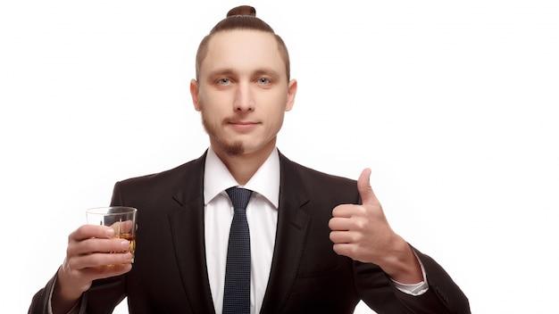 Guy mit einem glas und einer positiven geste