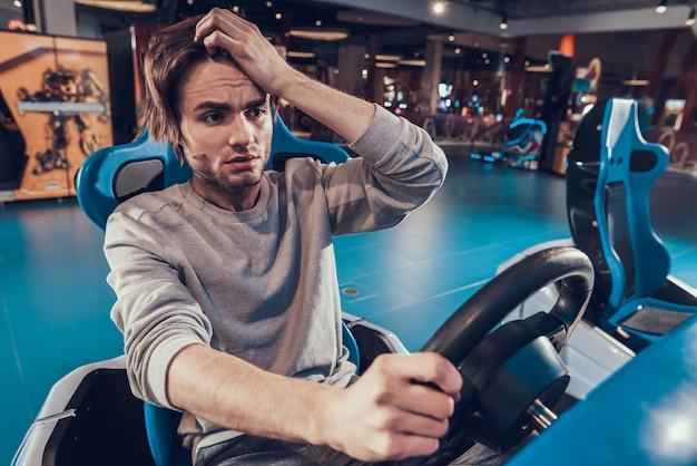Guy reiten auto in arcade man verliert spiel, auto abstürzt