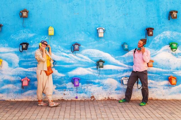 Guy und ein mädchen unterhalten sich über ein altmodisches telefon. kommunikationskonzept.