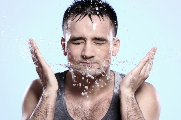 Guy wäscht sich das gesicht