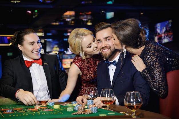 Guy wurde nach dem sieg beim roulette von zwei schönen mädchen geküsst