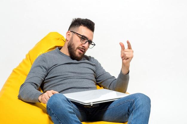 Guy zeigt etwas mit den fingern