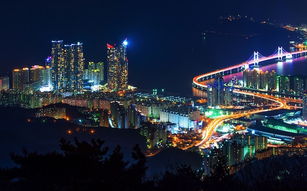 Gwangan bridge und haeundae in der nacht in busan, korea