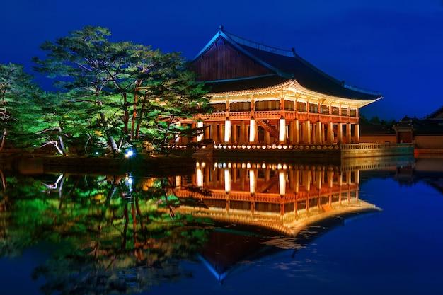 Gyeongbokgung-palast in der nacht in seoul, korea.
