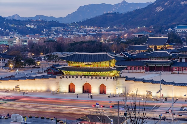 Gyeongbokgungs-palastdämmerung nachts in seoul, südkorea