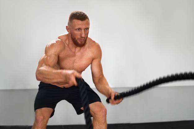 Gym battle rope man