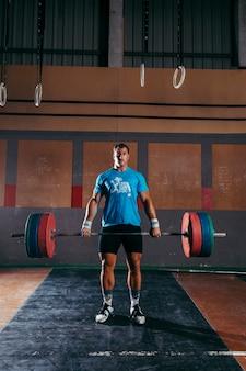 Gym-konzept mit starken mann