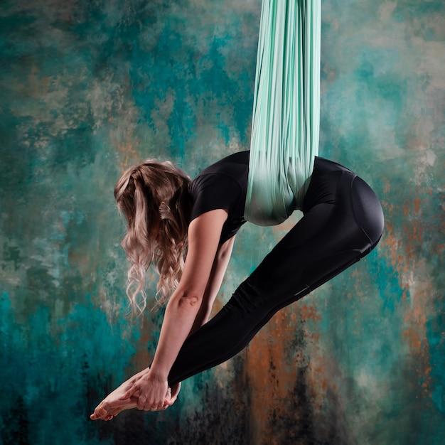 Gymnastik auf lufttüchern eine junge schöne sportlerin