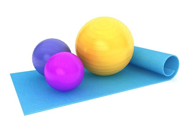 Gymnastikmatte mit bunten fitnessbällen auf weißem hintergrund