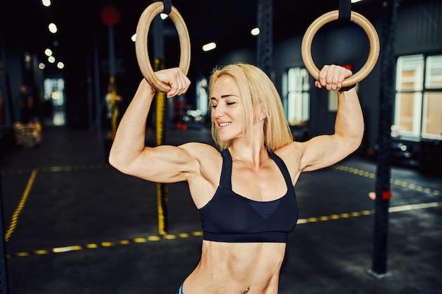 Gymnastikringe beim crosstraining im modernen fitnessstudio