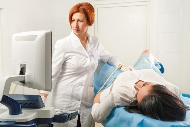 Gynäkologe, der ultraschall für schwangere frau scannt