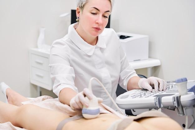 Gynäkologe macht ultraschall in der modernen klinik