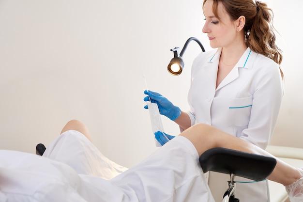 Gynäkologe mit vaginalabstrich für std-tests. frau im gynäkologischen stuhl