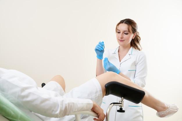 Gynäkologe mit vaginalabstrich für std-tests