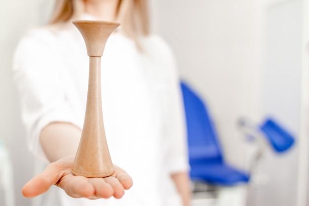 Gynäkologendoktor in der weißen uniform im klinikkrankenhaus.