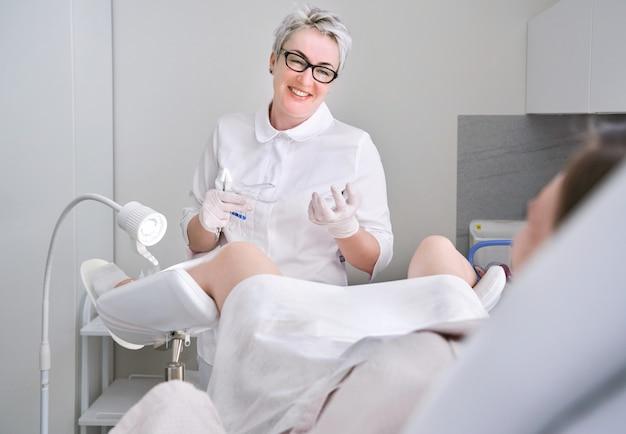 Gynäkologische beratung. schwangere frau mit ihrem arzt in der klinik