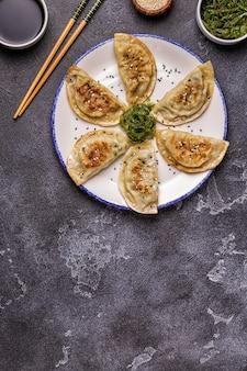 Gyoza oder knödel snack mit sojasauce