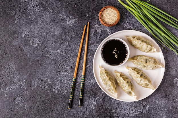 Gyoza oder knödelsnack mit sojasauce