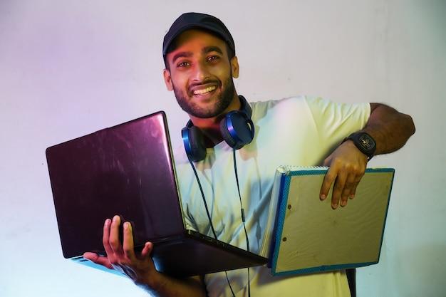 H glücklicher student mit laptop und büchern