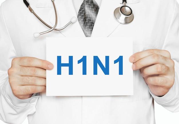 H1n1-karte in händen des arztes