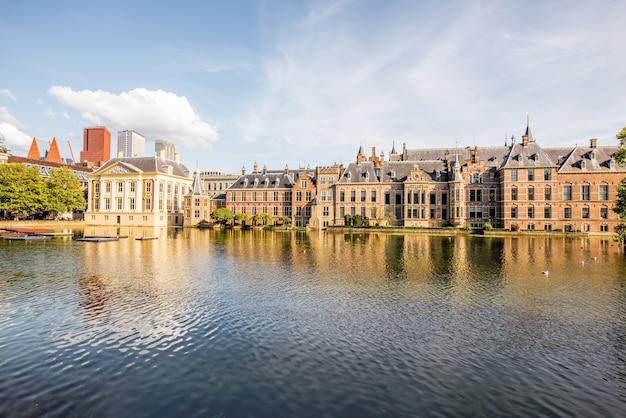 Haag, niederlande - 06. august 2017: stadtbild blick auf den hofvijver see mit senat und ministerium für general affaris gebäude im zentrum der stadt haag, niederlande?