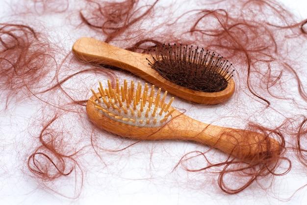 Haarausfall fällt in kämme