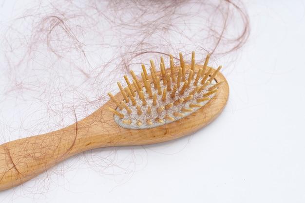 Haarausfall fällt in kamm