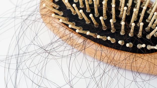 Haarausfall in kammhaar fällt täglich ernstes problem auf weißem hintergrund