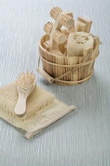 Haarbürste auf bast mit holzeimer