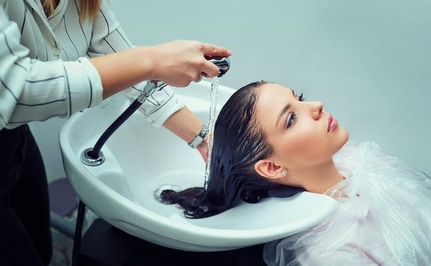 Haare waschen im friseursalon