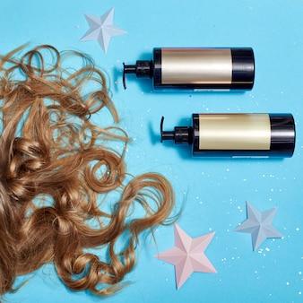 Haarpflege, langes schönes haar und kamm, kämmend