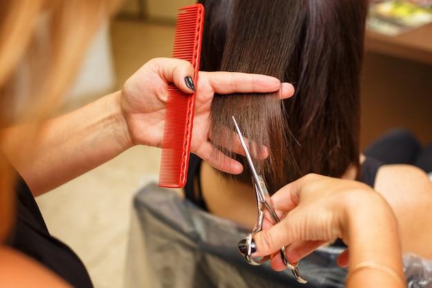 Haarschnitt in der professionellen haarpflege des schönheitssalons