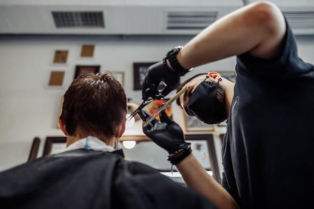 Haarschnitt unter neuen bedingungen. nachrichten in der modewelt. herrenhaarschnitt in einem friseursalon, schönheitssalon.