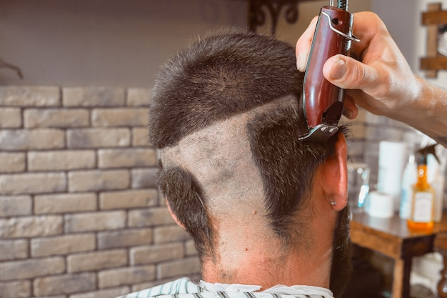 Haarschnitthaarmaschine im friseursalon. haarschnitt kahl